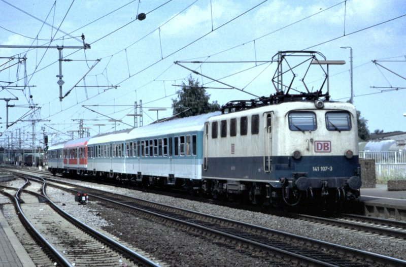 141 107-3 in Biblis, am 05.08.1997, vom Dia.