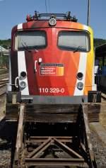 110 329-0 Expedition Zukunft/27215/110-329-0-des-science-express-steht 110 329-0 des Science Express steht mit dem Zug aus 11 Wagen in Ulm auf den Gleisen 35 und 36, am 27.07.2009.