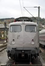 110 457-9 AEG Showtrain/99136/110-457-9-frontansicht-ist-als-aeg-zuglok 110 457-9 Frontansicht ist als AEG-Zuglok mit dem AEG Schulungszug unterwegs, in Ulm am 15.10.2010. Die Lok ist aufgebügelt, weil sie den Zug mit Energie versorgt.