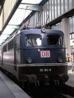 blau/16006/110-184-9-in-stuttgart-am-22101995 110 184-9 in Stuttgart, am 22.10.1995 noch mit dem Handlauf und den Lampen im Auslieferungszustand - aber bereits mit dem roten DB-Keks; jede der Einheitsloks waren zu dem Zeitpunkt durch unterschiedliche Veränderungen bereits Unikate! Vom Dia.