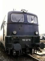 blau/16189/110-127-8-mit-einer-front-die 110 127-8 mit einer Front, die noch weitgehend dem Auslieferungszustand entspricht, in Ulm am 12.10.1980, vom Dia.
