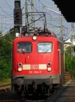 verkehrsrot/174132/langsam-rollt-110-284-7-wieder-auf Langsam rollt 110 284-7 wieder auf die Wagen zu, um kurze Zeit später mit DZ 2791 nach Warnemünde abzufahren. September 2010