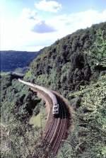 beige-blau/58190/1101-mit-einem-d-zug-im-anstieg 110.1 mit einem D-Zug im Anstieg der Geislinger Steige unterhalb des Mühltalfelsens, am 21.08.1982.
