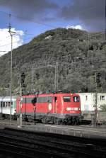 verkehrsrot/126669/110-210-2-mit-nahverkehrszug-in-geislingen 110 210-2 mit Nahverkehrszug in Geislingen an der Steige, am 04.10.2001, vom Dia gescannt.