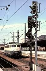 beige-blau/51897/110-350-6-auf-rangierfahrt-in-mannheim 110 350-6 auf Rangierfahrt in Mannheim, am 17.04.1982.