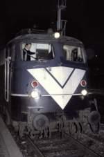 blau/28722/mit-dem-lokfuehrer-und-bahnsteigpersonal-war Mit dem Lokführer und Bahnsteigpersonal war der Blitzlichteinsatz abgesprochen, so konnte ich die einzige Begegnung mit der 110 365-4 mit dem weißen Doppel-V doch noch fotografieren. Die Lok übernimmt gerade den Autoreisezug aus Österreich über Lindau nach Dortmund; Ulm, am 18.12.1982, vom Dia. Kurz darauf erhielt die Lok eine Hauptuntersuchung und fuhr dann in ozeanblau-beige.