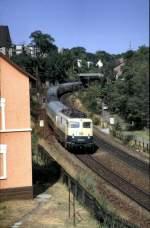 beige-blau/145235/110-393-6-faehrt-mit-einem-d-zug 110 393-6 fährt mit einem D-Zug in Ulm ein, am 24.07.1983.
