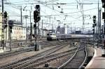 beige-blau/52329/110-350-6-faehrt-in-mannheim-mit 110 350-6 fährt in Mannheim mit einem D-Zug mit SBB-Wagen ein, am 17.04.1982.