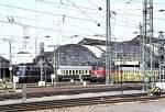 blau/51894/bahnhofszene-mit-1103-und-218-276-4 Bahnhofszene mit 110.3 und 218 276-4 in Karlsruhe, am 17.04.1982.