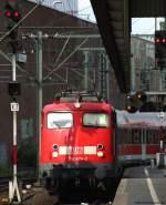 verkehrsrot/120681/110-494-2-faehrt-mit-re-11596 110 494-2 fährt mit RE 11596 nach Aachen in Düsseldorf ein. Juli 2010