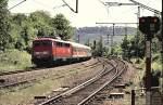 verkehrsrot/126692/110-482-7-faehrt-mit-einem-nahverkehrszug 110 482-7 fährt mit einem Nahverkehrszug in Geislingen West ein, am 17.05.2002, von Dia eingescannt.