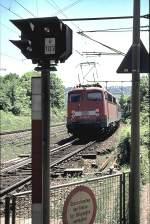 verkehrsrot/126693/110-480-9-schiebt-einen-nahverkehrszug-aus 110 480-9 schiebt einen Nahverkehrszug aus Geislingen West in Richtung Geislingen an der Steige, am 17.05.2002, von Dia eingescannt.
