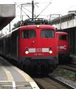 verkehrsrot/144767/110-507-1-wartet-in-hannover-auf 110 507-1 wartet in Hannover auf die Ausfahrt mit dem Verstärkerzug nach Braunschweig. Im Hintergrund steht 110 462-9 mit dem 3.Verstärkerzug nach Minden. August 2010