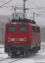 Lokportraits/51875/alleine-darf-sie-durch-den-tunnel Alleine darf sie durch den Tunnel: Der Zug steht bereits jetzt für die Abfahrt in ca. 2 Stunden in Berlin Südkreuz bereit, da 115 166-1 ihn nicht durch den Nord-Süd-Tunnel ziehen darf. Nachdem die Lok aber abgehängt wurde, fährt sie alleine durch den Tunnel ins BW Rummelsburg. Januar 2010