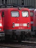 verkehrsrot/55768/zugeparkt-von-loks-der-br-185 Zugeparkt von Loks der BR 185 steht 140 184-3 in Wanne Eickel. Dezember 2009