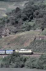 beige-blau/15774/140-mit-auflieger--bzw-containerzug-auf 140 mit Auflieger- bzw. Containerzug auf der rechten Rheinseite bei Kaub, am 20.06.1995, vom Dia.