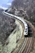 beige-blau/51004/140-346-9-mit-einem-tankzug-auf 140 346-9 mit einem Tankzug auf der Geislinger Steige, am 02.04.1982. Eigentlich sollte die Schublok mit auf das Bild - doch wo nichts ist...die 140 schaffte diesen (wahrscheinlich leeren) 20-Wagenzug allein!
