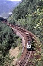 beige-blau/89775/140-071-2-mit-leeren-2-achsigen-hochbordwagen 140 071-2 mit leeren 2-achsigen Hochbordwagen, die zu dem Zeitpunkt nahezu nur noch für den Zuckerrüben-Einsatz verwendet wurden, auf der Geislinger Steige, am 21.08.1982.