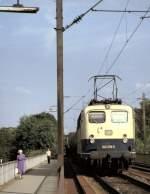 beige-blau/96247/140-278-3-faehrt-mit-einem-gueterzug 140 278-3 fährt mit einem Güterzug über die Donaubrücke von Neu-Ulm nach Ulm, am 11.06.1983.