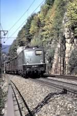 grun/15533/140-203-1-mit-gueterzug-auf-der 140 203-1 mit Güterzug auf der Geislinger Steige, am 28.09.1985, vom Dia.