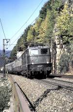 grun/15534/140-627-1-mit-nahverkehrszug-silberlingen-- 140 627-1 mit Nahverkehrszug (Silberlingen - wahrscheinlich Samstags-Schülerzug) auf der Geislinger Steige, am 28.09.1985, vom Dia.
