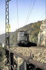 grun/15706/140-452-4-kommt-um-den-muehltalfelsen 140 452-4 kommt um den Mühltalfelsen bei der Geislinger Steige, am 26.10.1985, vom Dia.