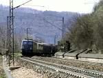grun/54058/140-495-3-und-eine-weitere-140 140 495-3 und eine weitere 140 ziehen gemeinsam einen gemischten Güterzug über die Geislinger Steige, am 23.04.1982.