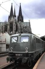 grun/96241/140-257-7-faehrt-mit-einem-gueterzug 140 257-7 fährt mit einem Güterzug durch Köln, am 29.04.1983.