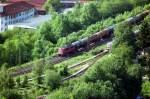 verkehrsrot/47027/140-702-3-mit-einem-kesselwagenzug-in 140 702-3 mit einem Kesselwagenzug in Geislingen an der Steige, am 25.05.2007.