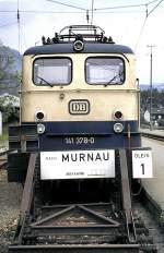 beige-blau/17658/141-370-0-steht-in-oberammergau-mit 141 370-0 steht in Oberammergau mit dem Zug nach Murnau am 02.07.1983 abfahrbereit, vom Dia. Das Besondere an dieser 141 ist, dass es die einzige 141 mit einem ozeanblauem Dach war.