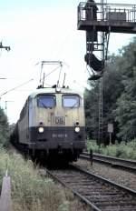beige-blau/90378/150-057-8-kommt-in-recht-heruntergekommenen 150 057-8 kommt in recht heruntergekommenen Zustand aus Neu-Ulm und wird mit dem Güterzug gleich die Donaubrücke befahren, Neu-Ulm, am 17.06.2003.