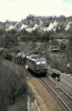 grun/15495/150-147-7-mit-einem-gemischten-gueterzug 150 147-7 mit einem gemischten Güterzug bei Ulm, am 14.04.1985, vom Dia.