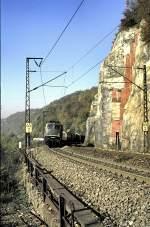 grun/15849/150-163-4-kommt-auf-der-geislinger 150 163-4 kommt auf der Geislinger Steige um den Mühltalfelsen, am 26.10.1985, vom Dia.