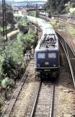 grun/16017/110-171-6-faehrt-mit-einem-ic 110 171-6 fährt mit einem IC aus Ulm aus; im Hintergrund wartet 150 183-2 mit einem Tankzug auf Ausfahrt für die Einfädelung in das gleiche Gleis in Richtung Kornwestheim/Stuttgart, am 14.09.1987, vom Dia.